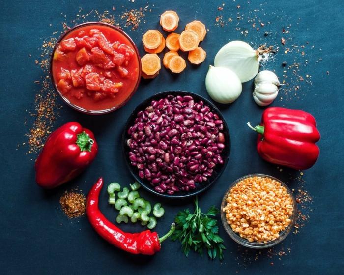 chili con carne gewürze die zutaten für ein veganes chili sin carne rezept chilischoten mais paprika zwiebeln knobluchzehen