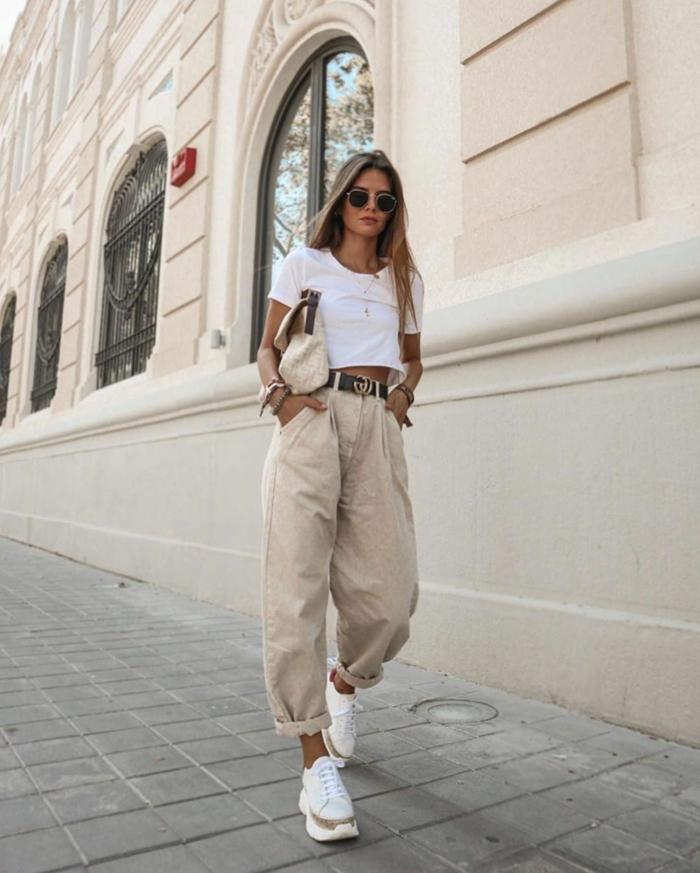 coole moderne outfits inspiration weite beige hosen weite jeans damen weißes t shirt crop top dame mit langen blonden haaren