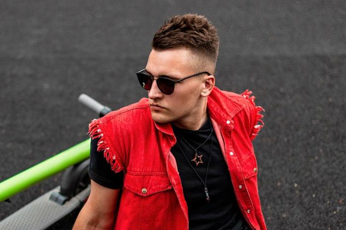 cooles street style outfit rote weste schwarzes t shirt kurze haare männerfrisuren frisurentrend 2021 herren schwarze sonnenbrillen