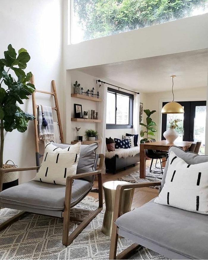 dekoration große grüne pflanze zwei sessel mit grauer polsterung wohnzimmer skandinavischer stil deko leiter ideen weiße deko kissen