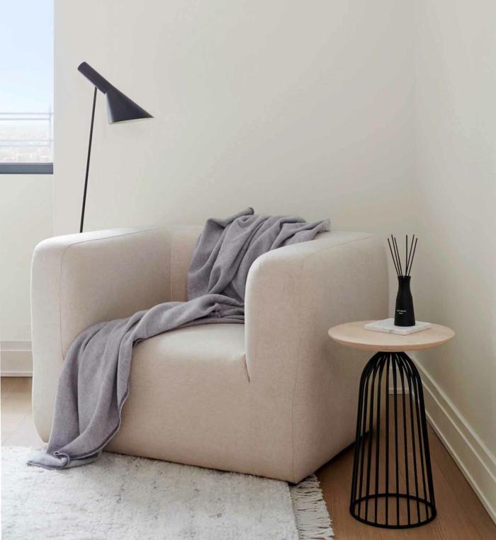 dekoration wohnzimmer skandinavischer stil interior design minimalistisch kleiner runder tisch schwarze lampe