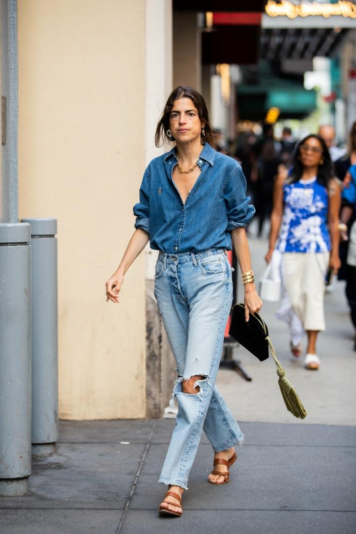 denim on denim outfit blaues jeans hemd mom jeans mit löchern flache sandalen schwarze clutch