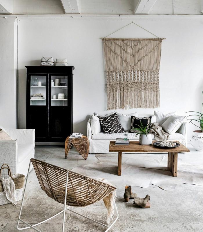 design ideen hygge wohnzimmer minimalistische inneneinrichtung großer schwarzer schrank weißes sofa deko kissen
