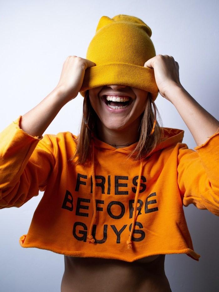 die neuen trends entdecken damenmode defacto junges mädchen gelber sweatshirt hut lächelnd