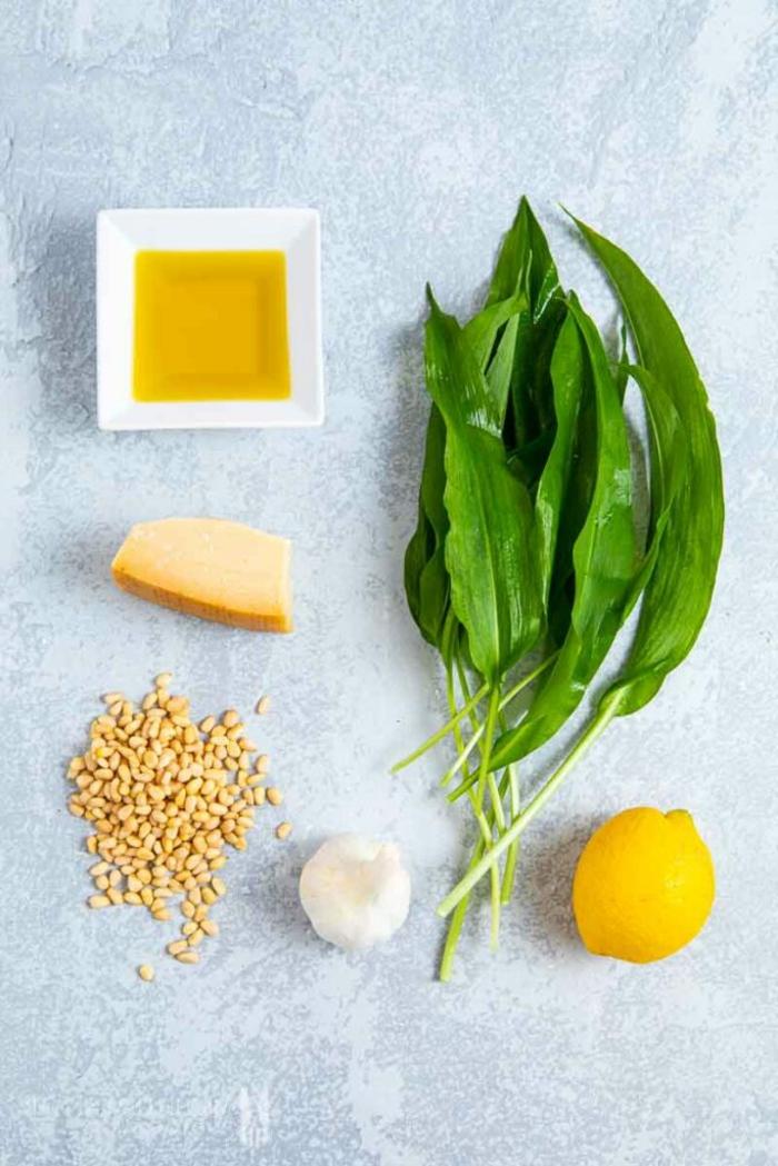 die zutaten für die zubereitung von bärlauch butter zitronensaft olivenöl parmesan und haselnüsse