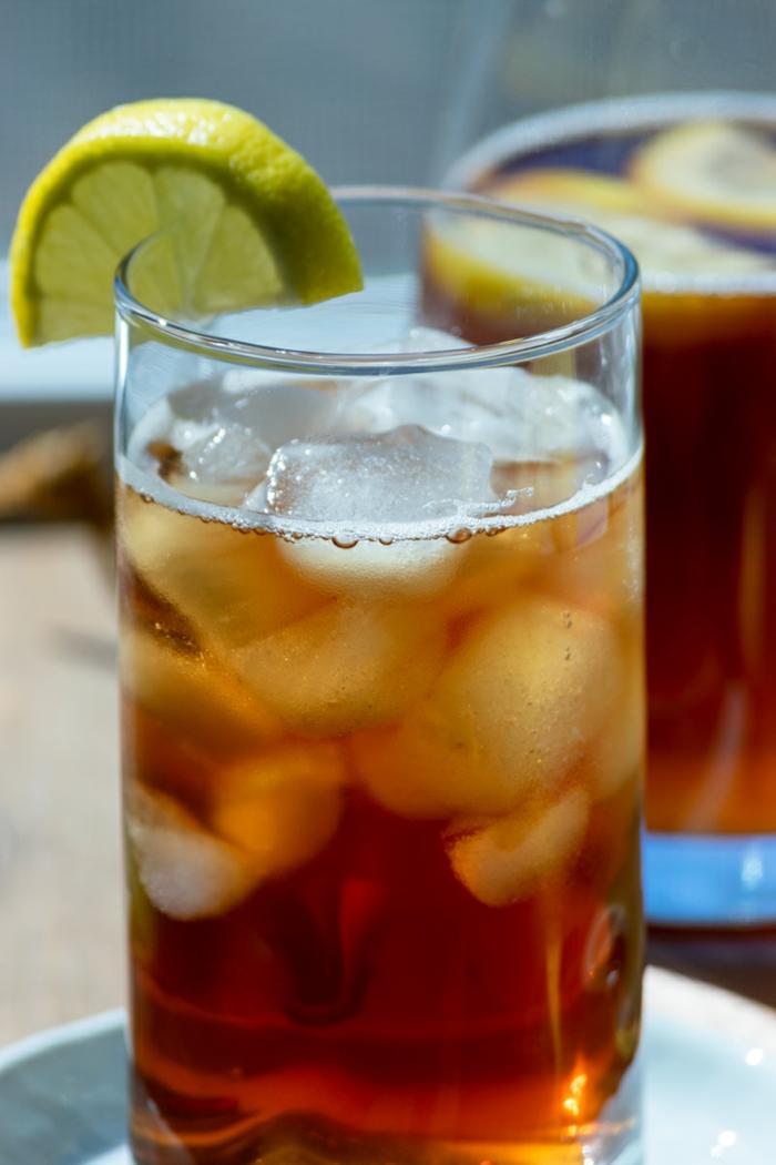 ein glas mit eswürfeln eistee selber machen rezept zitrone und schwarztee