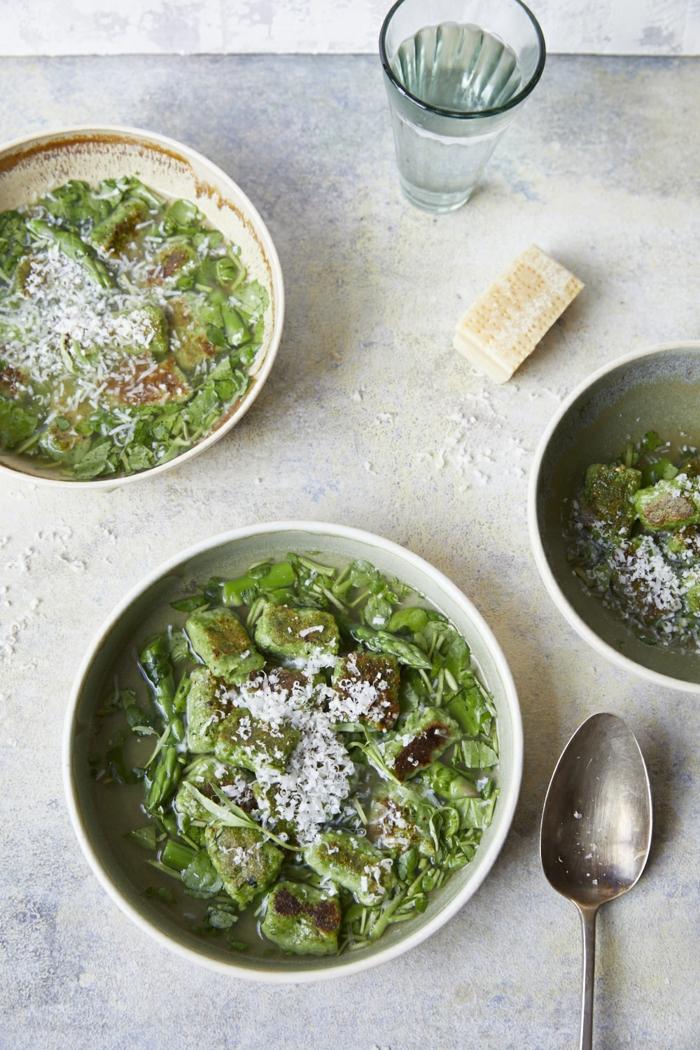 ein glas mit wasser bärlauch rezepte parmesan eine grüne suppe mit bärlauch