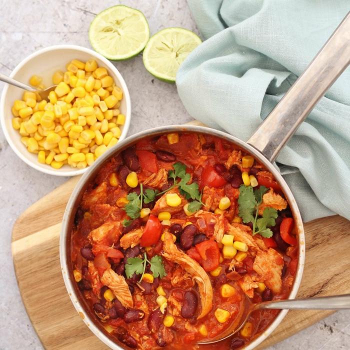 ein holzbrett chili con carne rezept einfach ein löffel gericht mit mais und chili