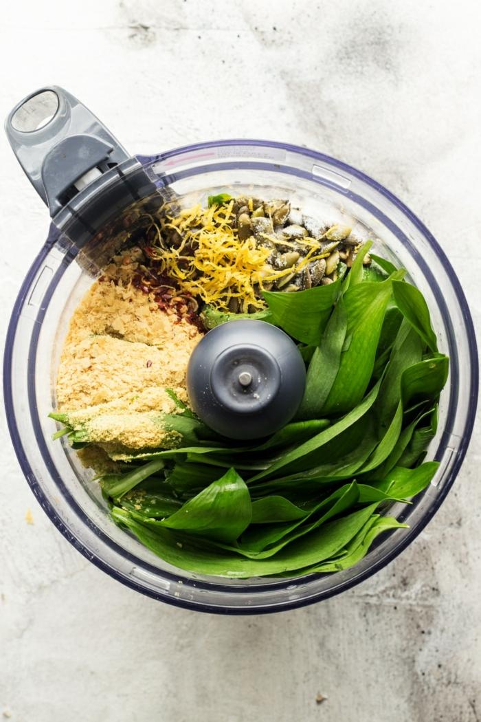 ein mixer mit grünen frischen blättern parmesan sonnenblumenkernen vegan kochen