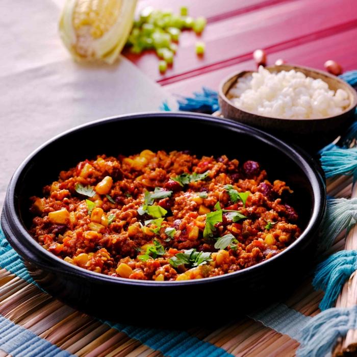 ein topf gericht mit mais chili paprika fleisch kreuzkümmel und zwiebeln salz chili con carne