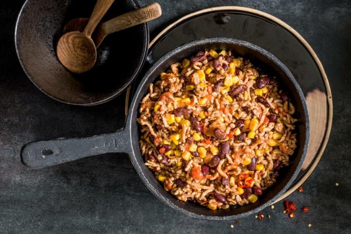 ein topf mit einem mexikanischen gericht mit mais chili con carne rezept löffel aus holz