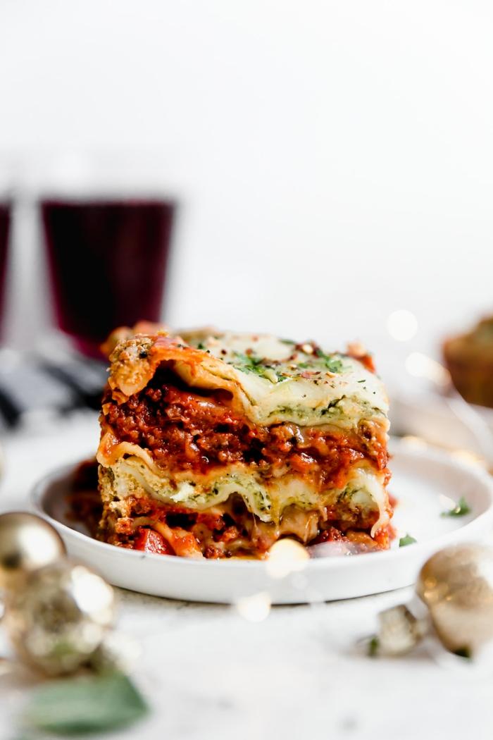 ein weißer teller mit vegetarischer lasagne mit fleischersatz lasagne selber machen rezept lasagne mit tomaten