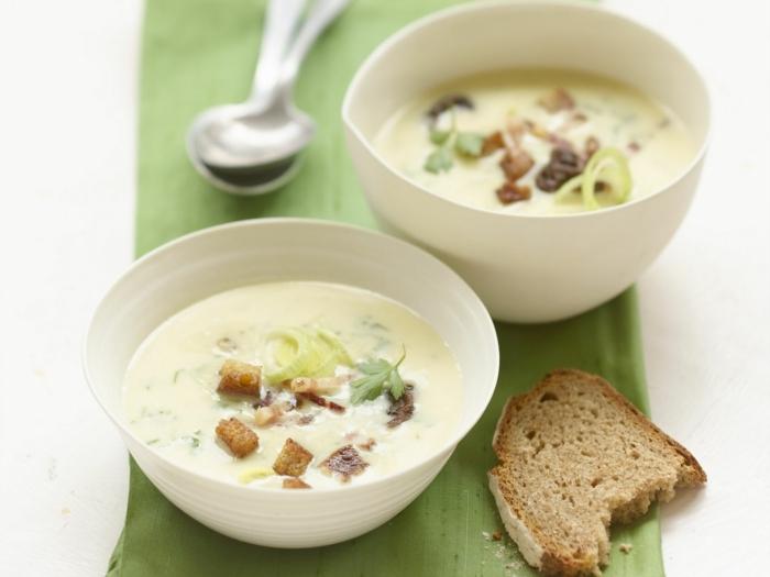 eine brot scheibe bärlauchsuppe rezept weiße schüssel mit suppe bärlauch rezepte