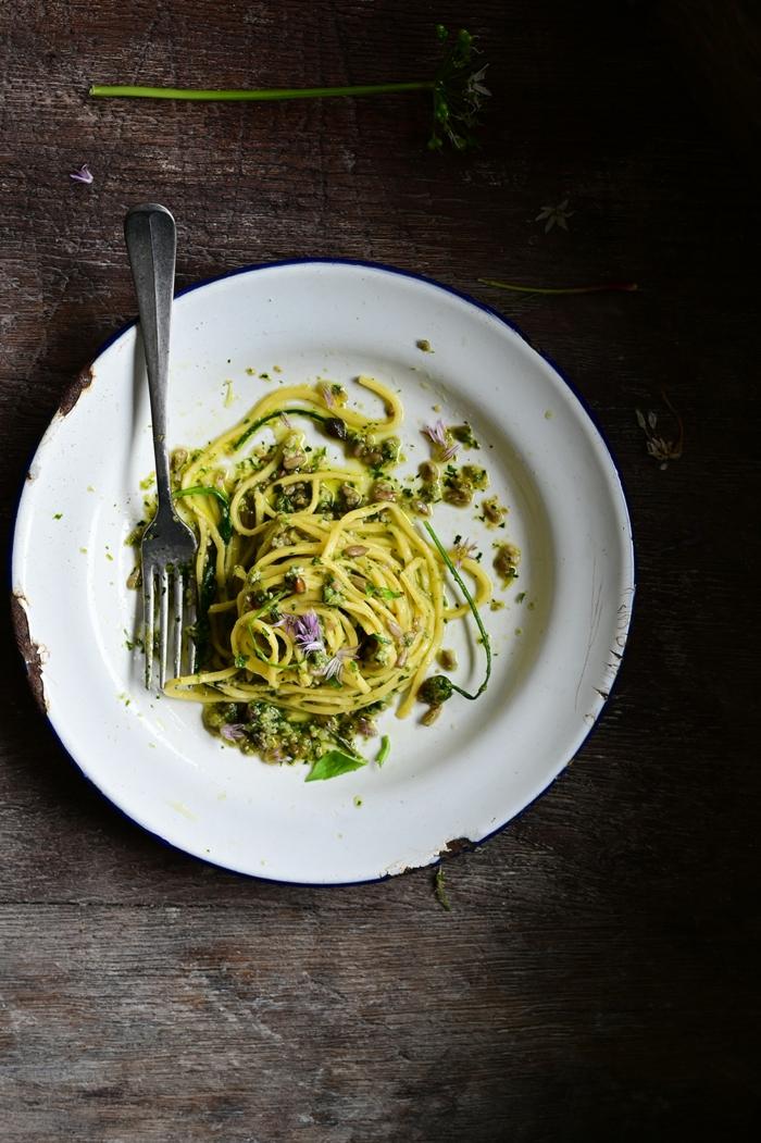 eine gabel ein weiße teller spaghetti mit grünem pesto bärlauch rezepte