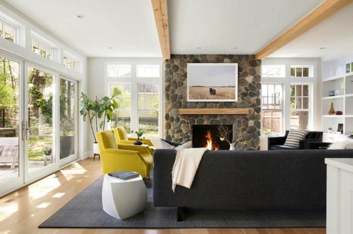 einrichtung wohnzimmer mit kontrast grauer couch mit zwei gelben sesseln wohnzimmer skandinavischer stil inspiration