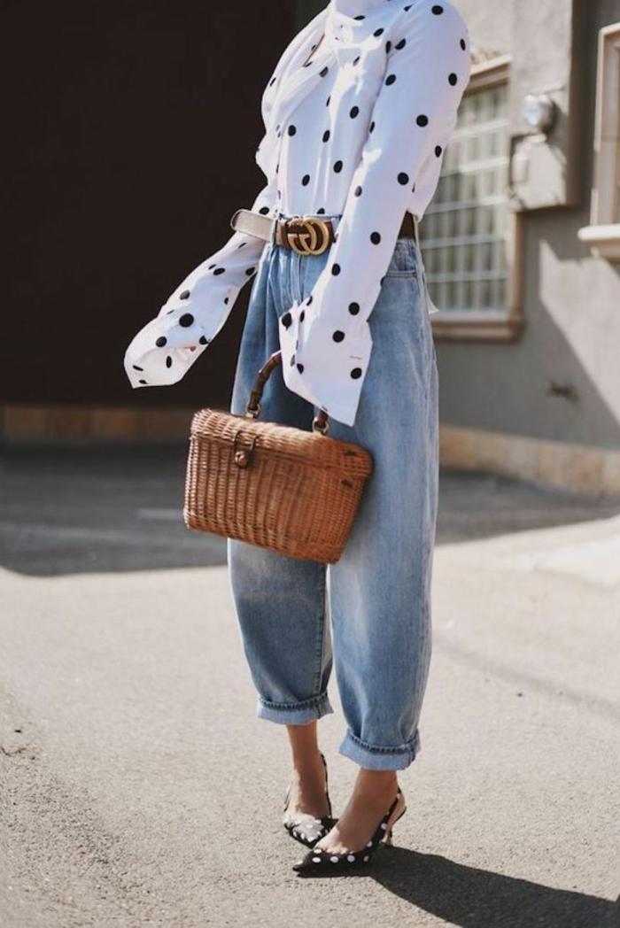elegante korbtasche weiße mit langen ärmeln und schwarzen pünktchen slouchy hose moderne weite jeans