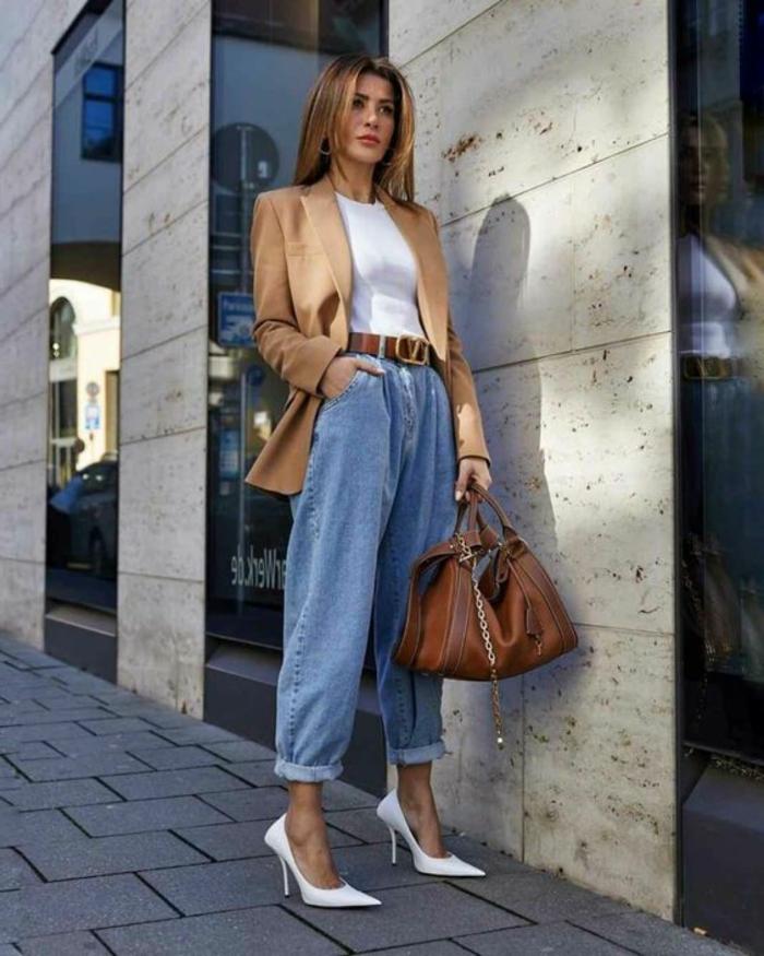 elegantes business outfit weiße spitze high heels weite jeans damen langer beiger blazer große braune tasche