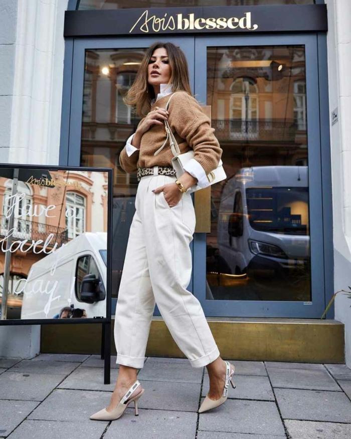 elegantes styling weite jeans damen weiß beiger pullover mit weißem hemd mini handtasche street style inspo
