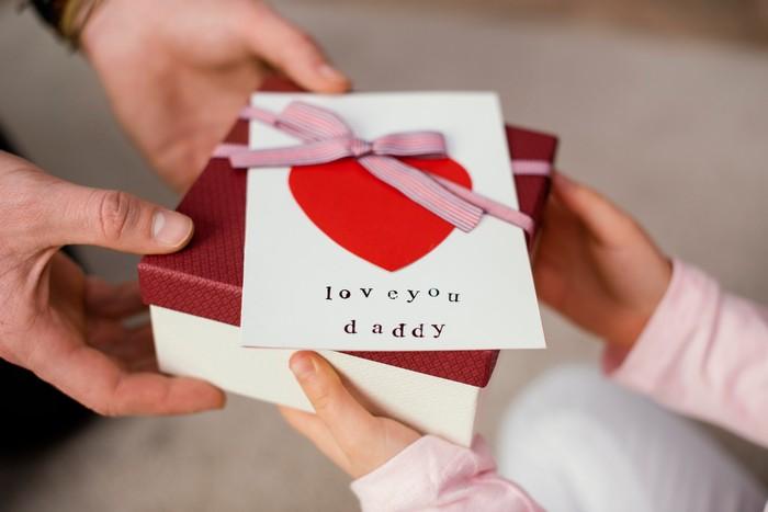 eltern beschenken geschenk auswählen zum anlass für die eltern kind gibt dem vater geschenk