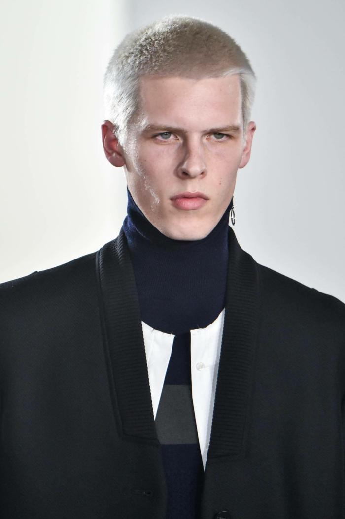 fashion-show-model-mit-blonden-haaren--buzzcut-trendfrisuren-20201-männer-sehr-kurze-haarschnitte-herren