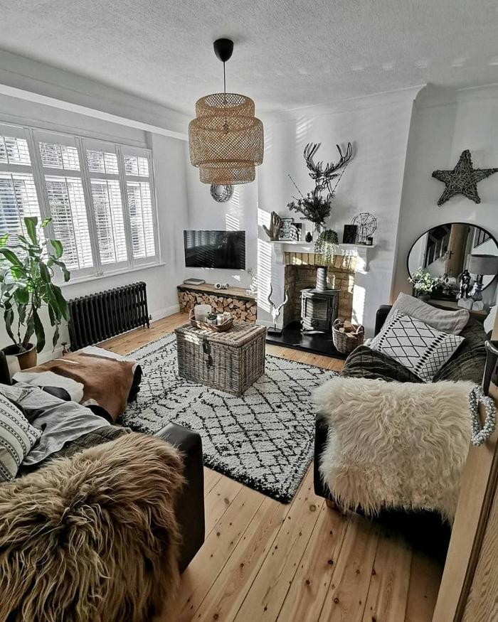flauschige decken zwei schwarze sofa moderne einrichtung 2021 wohnzimmer skandinavischer stil inspo