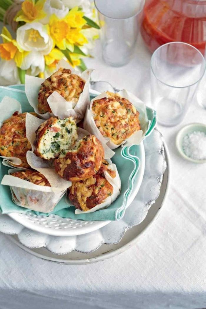 gelbe blumen gläser kleine bärlauch muffins mit gemüse tomaten und bärlauch blättern