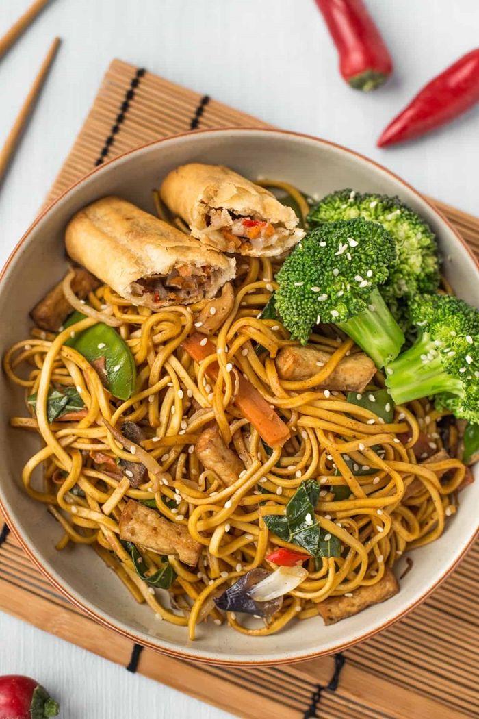 gerichte mit nudeln japanische rezepte lo mein mit brokkoli sojasoße und basilikum