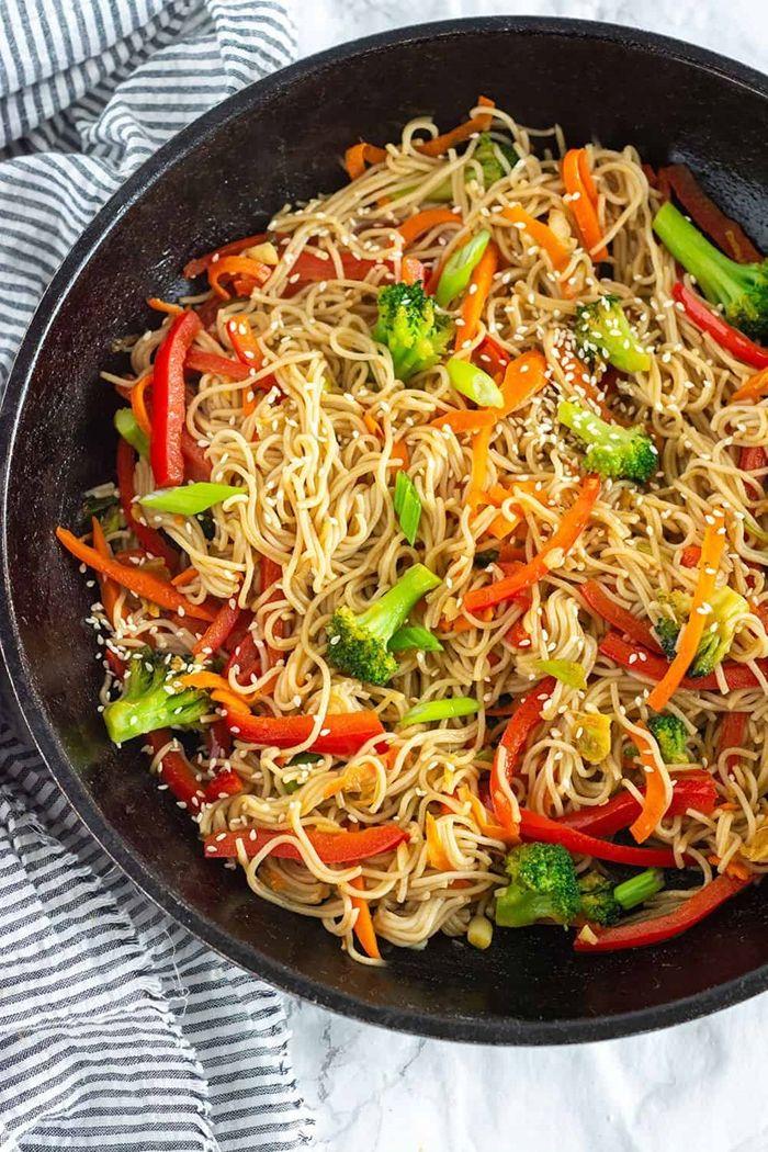 gerichte mit nudeln lo mein rezept noodles pasta mit paprika und brokkoli gesund
