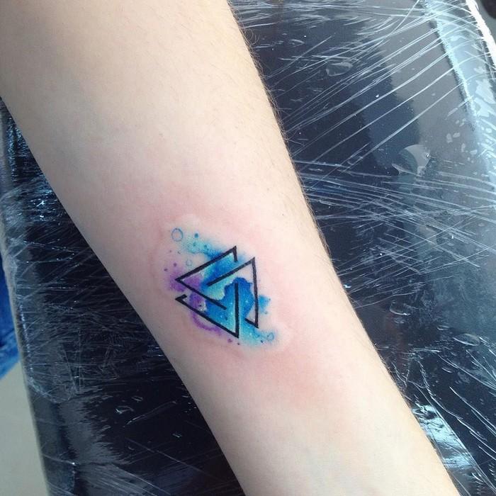 germansiche runen runen tattoo verboten winkinger runen bedeutung valknut dreieck tattoo wikinger blau lila hand