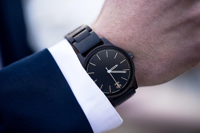 geschenk auswählen wanapix de originelle geschenkideen geben schwarze armbanduhr mann in anzug
