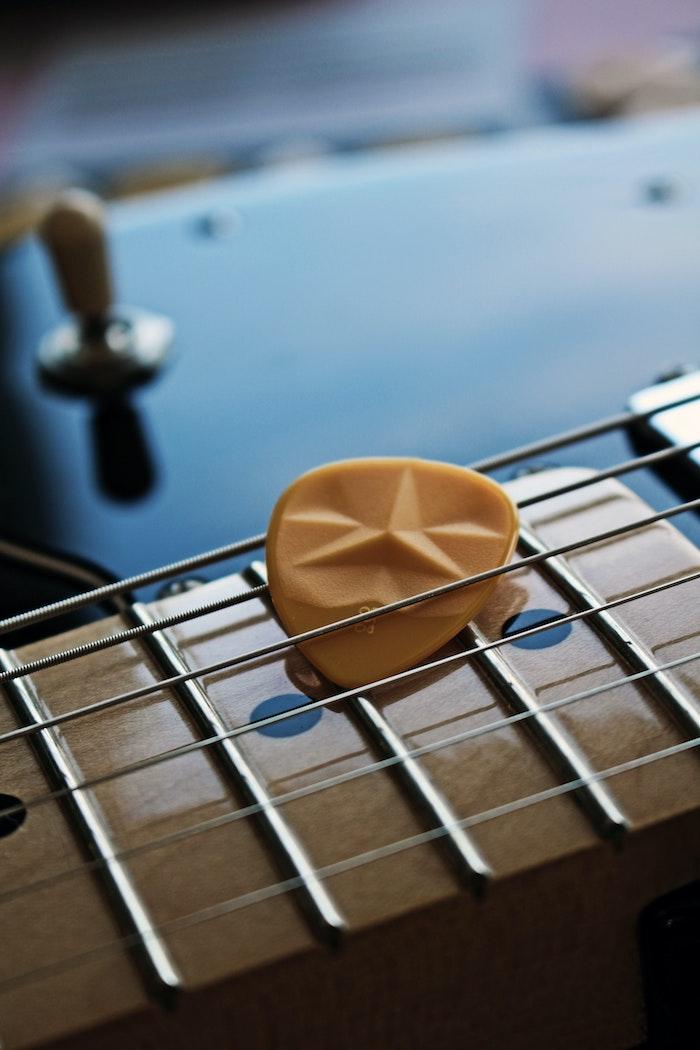 geschenk kaufen originelle geschenkideen gitarre spielen plektrum schenke nbraun gitarrengriff
