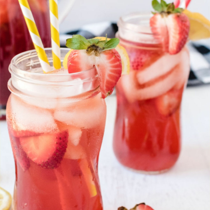geschnttene erdbeere zwei gläser mit gelben strohhalmen geschnitene erdbeere