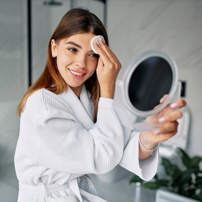 gesicht reinigen toner cleanser verwenden junge haut geeignete produkte wählen frau gesicht reinigt aco skincare