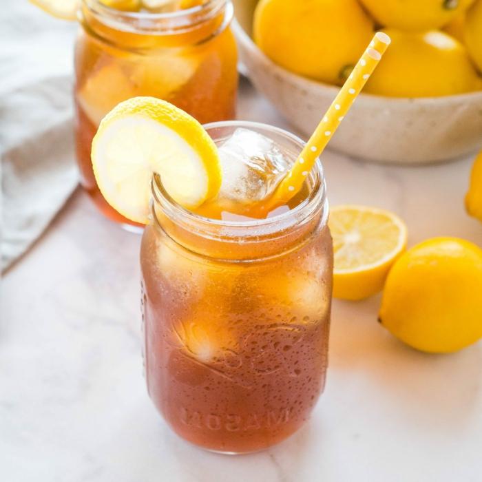 glas mit halm und einer geschnittenen zitrone eistee selber machen pfirsich eistee