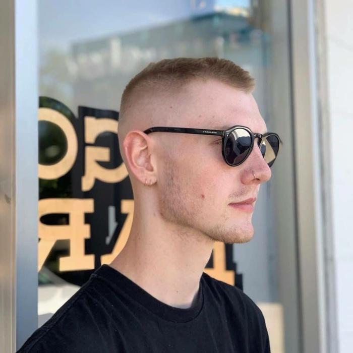goldener nasenring schwarze sonnenbrillen schwarzes t shirt casual outfit männerfrisuren kurz 2021