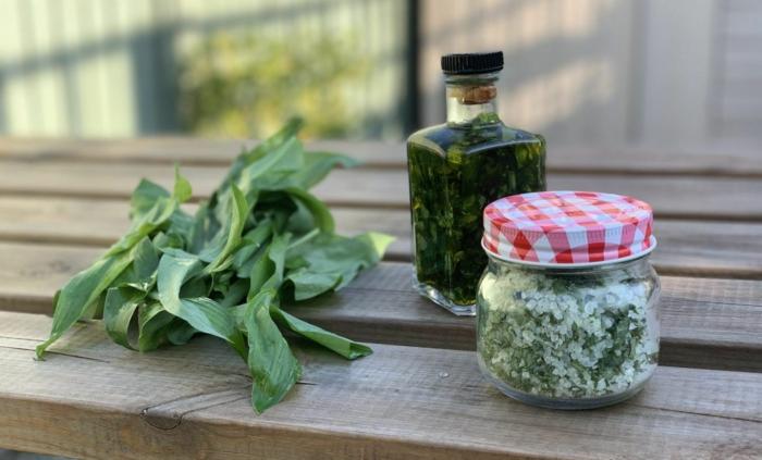 grüne blätter bärlauch eine flasche mit bärlauch pesto ein glas mit bärlauch butter