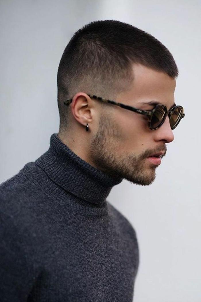 graue rollkragepullover street style herren trendfrisuren 2021 männer schwarze sonnenbrillen kurzer bart schwarzer ohrring