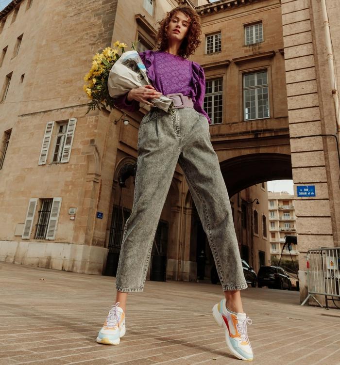 graue weite jeans lila bluse legeres chikes outfit weiße sneakers blumenstrauß mit gelben blumen slouchy hose