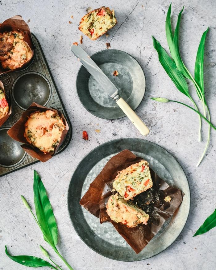 grauer teller mit bärlauch muffins mit gemüsen ein messer gerichte mit bärlauch