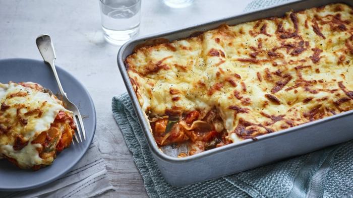 grauer teller mit lasagne bolognese mit tomaten parmesan käse eine gabel lasagne rezept