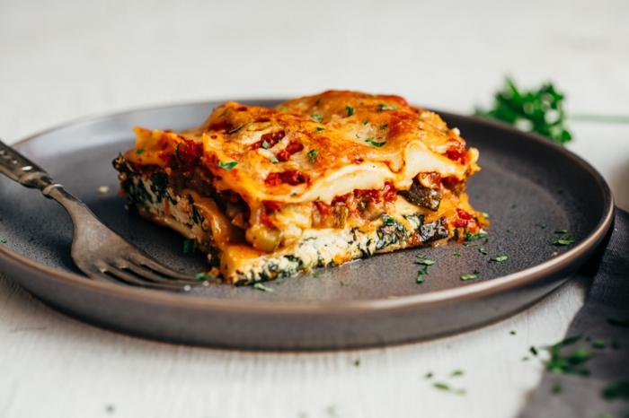 grauer teller und eine gabel lasagne selber machen rezept lasagne mit spinat