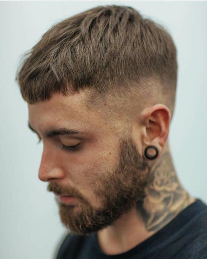 großes tattoo am nacken undercut männerfrisur mit bart schwarzes t shirt herren ideen frisuren kurz