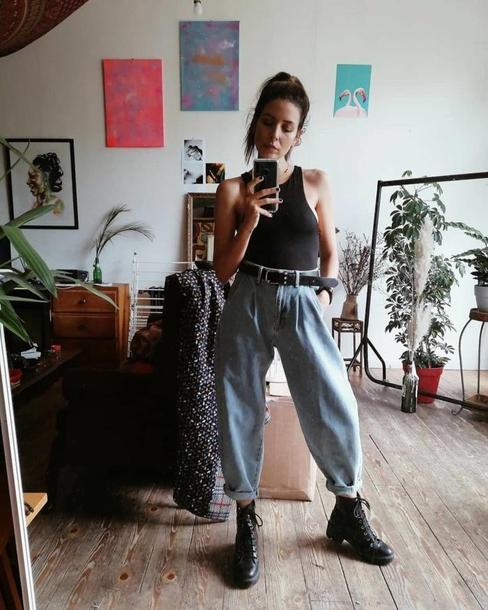 grunge style inspiration schwarzes top hellblaue jeans damen doc martens schwarze boots casual style