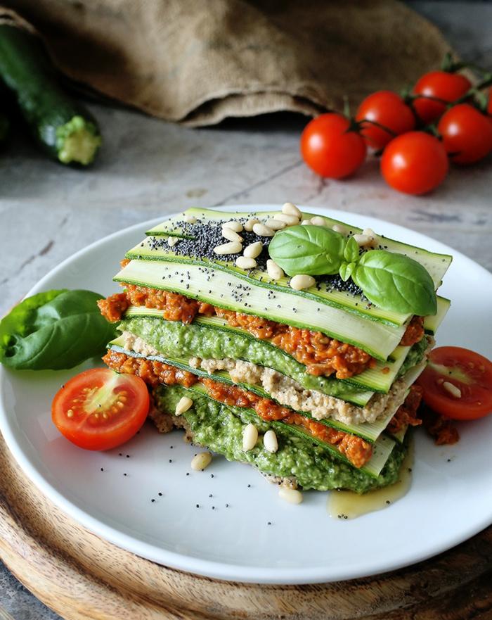gurken und frische tomaten eine vegane lasagne selber machen frische basilikum blättern