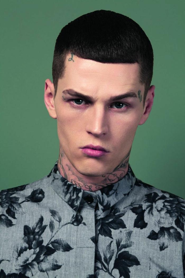 hemd mit floralen motiven schwarze kurze haare männerfrisuren 2021 inspirarion