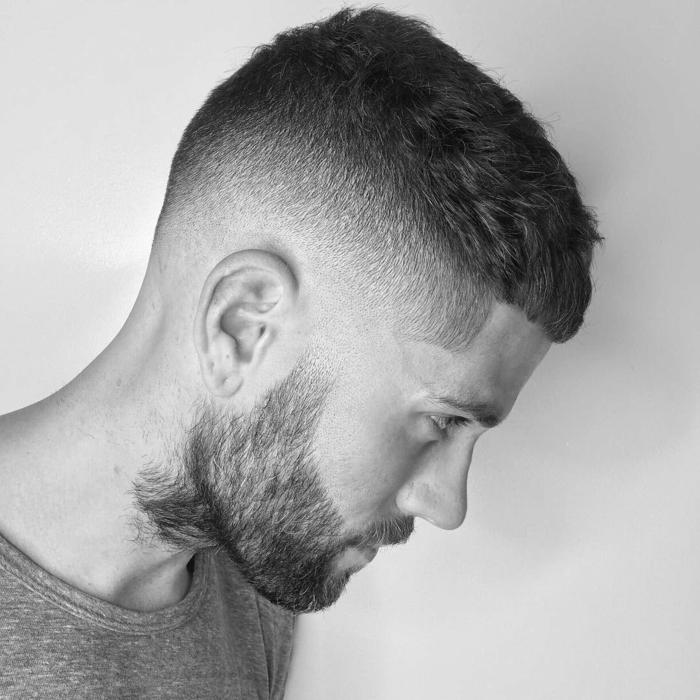 herren haarschnitt sehr kurz seiten auf null mit übergang und bart schwarz weißes foto fotoshooting