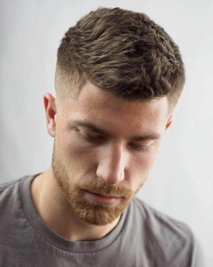 herren kurzhaarfrisuren modern männerfrisuren kurz mann mit dunkelblonden haaren und bart