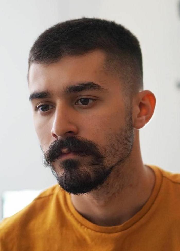 herrenfrisuren inspiration 2021 undercut männerfrisuren kurz haarschnitt inspo männer gelber sweatshirt outfits