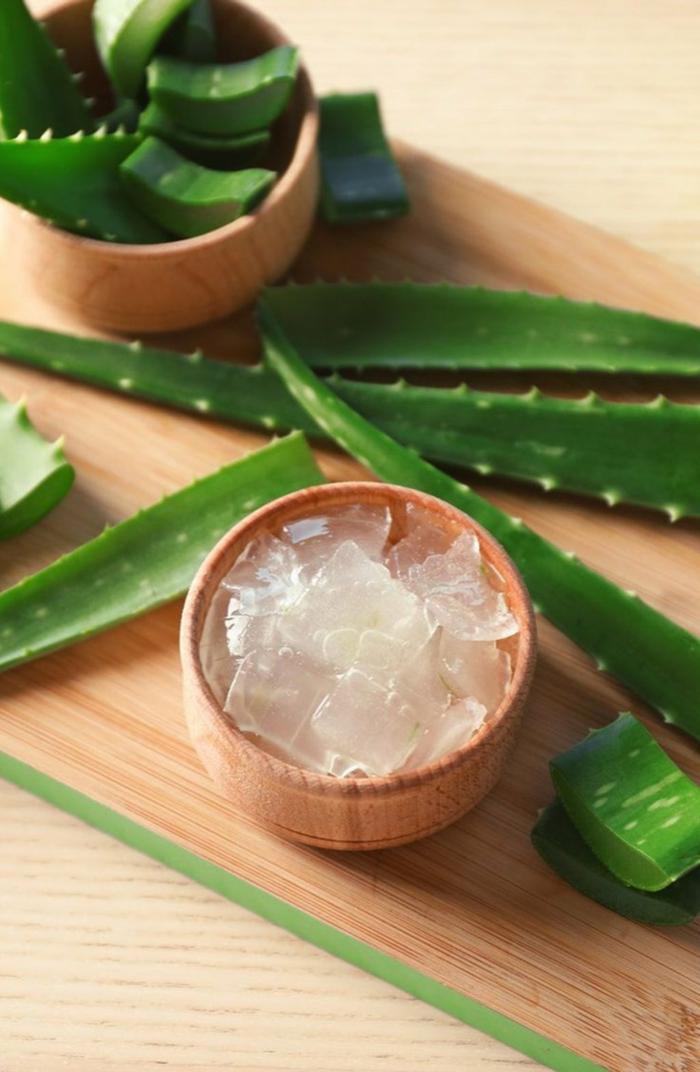 holzschale mit aloe vera gel maske aloe vera für haare schnittbrett aloe blätter
