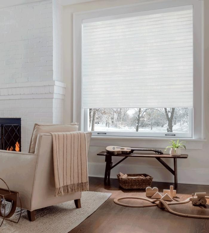 hygge wohnzimmer bequemer sessel in beige großes fenster holzspielzeuge auf dem boden moderne inneneinrichtung 2021 inspo